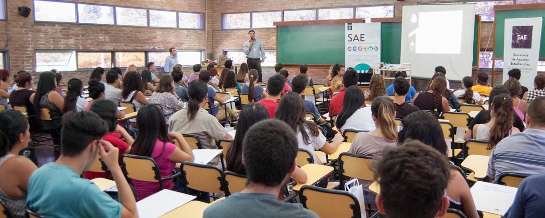 Alumnos ingresantes con beneficio de becas en jornada de bienvenida aula universitaria