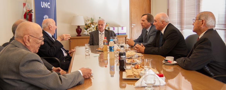 El rector de la UNC, Hugo Juri reunido con representantes de la Academia Nacional de Agronomía y Veterinaria