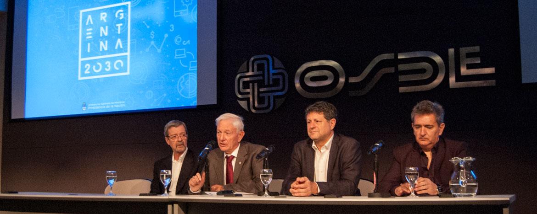 Hugo Juri de la UNC y Eduardo Levy Yeyati, del Gobierno Nacional, exponiendo en el congreso