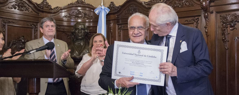 El vicerrector de la UNC, Pedro Yanzi Ferreyra, entrega al Dr. Daniel Stamboulián el título de Doctor Honoris Causa