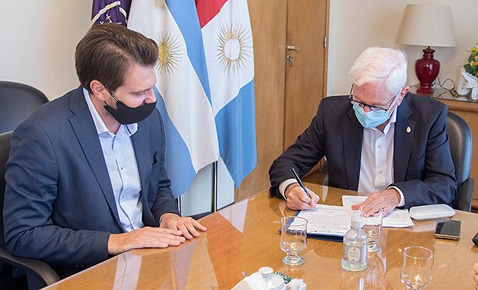 Juan Scotto y Hugo Juri firmando un acta