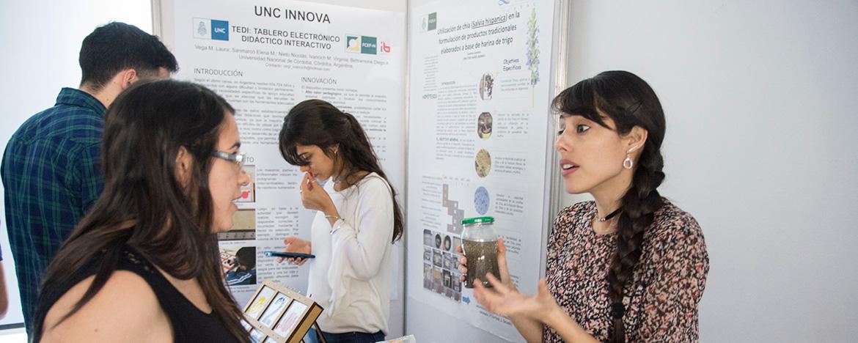 Jóvenes explicando sus desarrollos y proyectos durante la exposición en UNCINNOVA