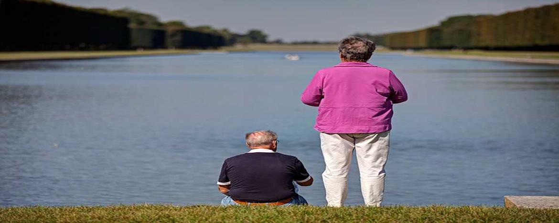 Dos personas frente al rio