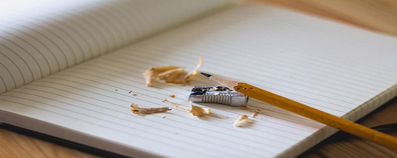 Lápiz, cuaderno y sacapunta