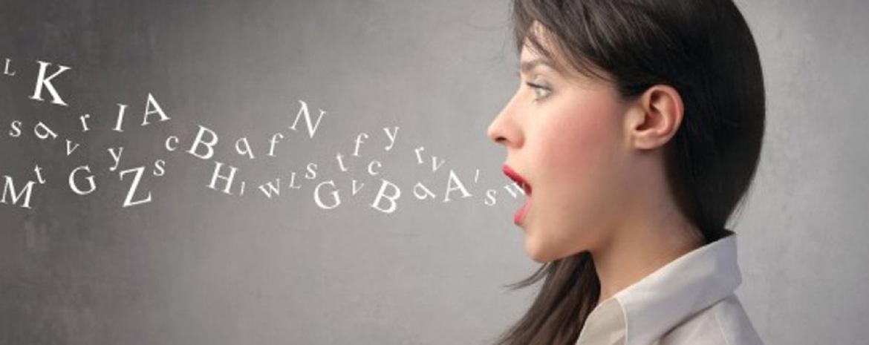 mujer abriendo la boca y disparando palabras