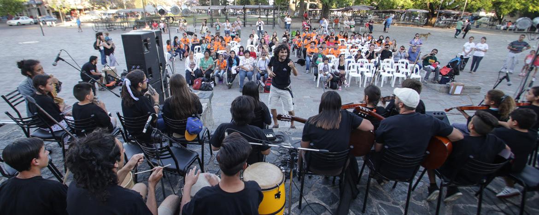 personas con instrumentos musicales