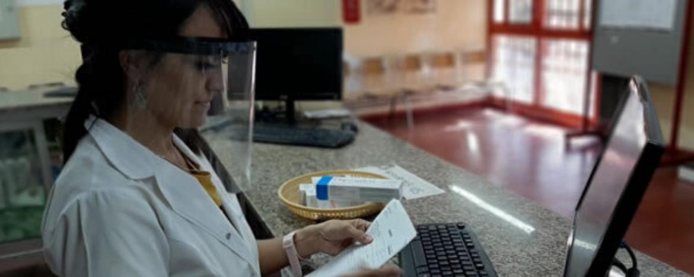 empleada de Daspu trabajando en farmacia