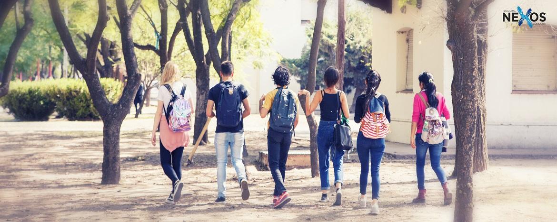 Jovenes caminando por cuidad universitaria