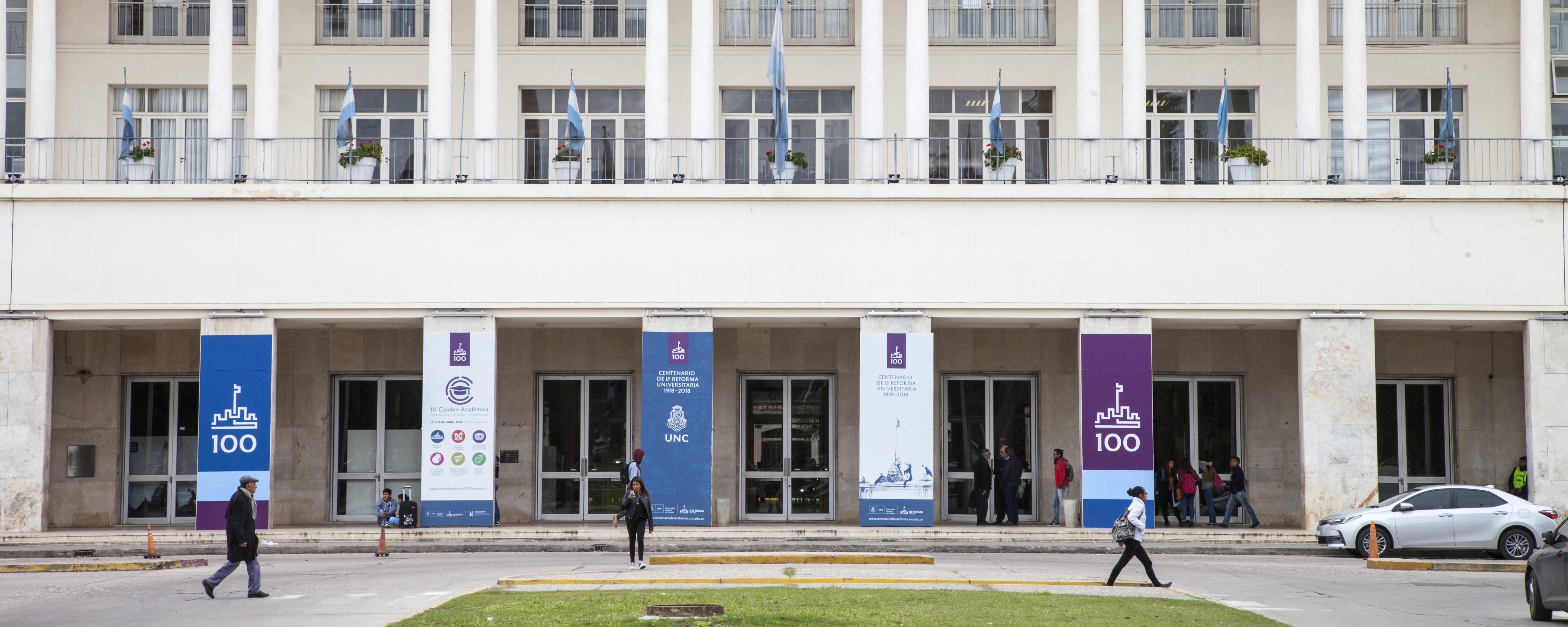 Pabellón argentina y estudiantes que transitan por ciudad Universitaria