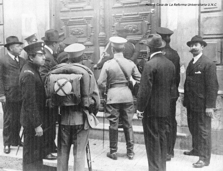 Policías intentando ingresar al Rectorado, que estaba cerrado por los estudiantes