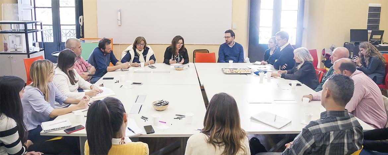 reunión de equipo Nexos con Mónica Marquina en mesa redonda