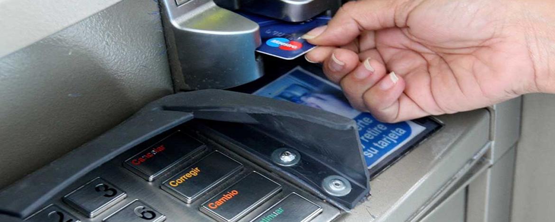 Persona retirando plata del cajero